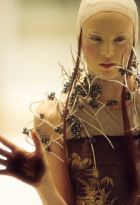 4._Tahitian_pearl_neckpiece_Shaun_Leane_for_Alexander_McQueen_Voss_Spring_Summer_2001_copyright_Anthea_Sims